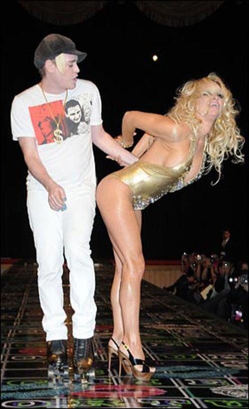 Затем на сцене к ней присоединился сам Ричи.